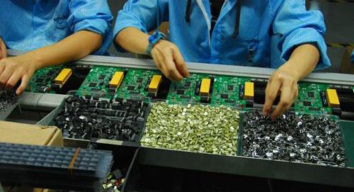 PCB板生产完成后,需要进行元器件的组装,那么,PCB板组装时有哪些工艺要求呢?下面请随PCB板厂家一起来了解一下吧~  1.PCB板在初焊完成后,应统一编号(年号后两位+流水号)。用记号笔清晰地书写在板子正面的预留位置。为防止在加工、清洗过程中记号丢失,应在板子另外位置(一般应在96弯针侧面)再书写同一编号。为管理方便,此编号应永久保留。编号管理由库管员负责。 2.